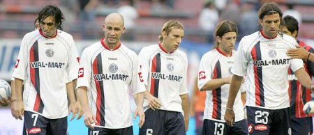 San Lorenzo's players trudge off after losing toNewell's