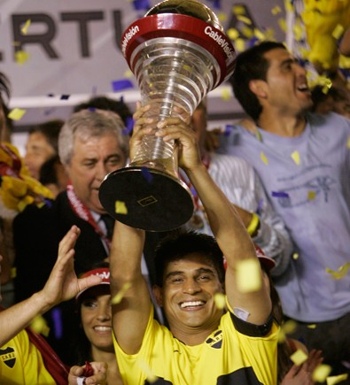 Hugo Ibarra lifts the Primera A trophy aloft