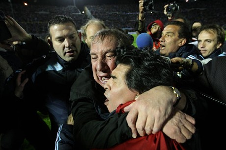 Friends again? Bilardo and Maradona embrace as Argentina qualify